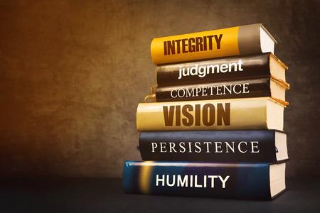 humility: Líder de Negocios Atributos, rasgos, características y prestaciones en Educación Literatura, Mastering Concepto de la dirección con la pila de libros publicados.