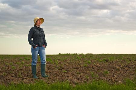 agricultor: Retrato de la hembra adulta Farmer permanente F�rtil Agr�cola Granja Terreno Suelo, Mirando a Distancia.