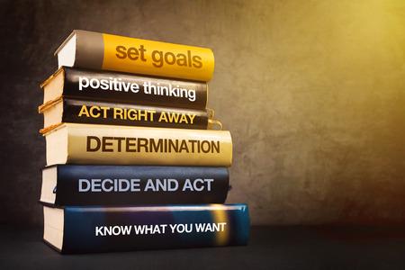 compromiso: Seis pasos para el éxito de negocio Literatura, Mastering negocios concepto de gestión con la pila de libros publicados.