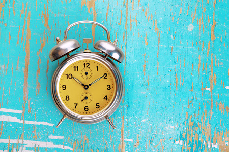 cronologia: Vintage Retro alarma de reloj en Grunge r�stico Fondo Azul, Concepto Tiempo