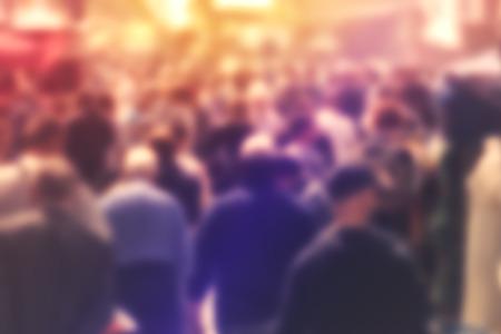 diversidad: Multitud borrosa de personas en la calle