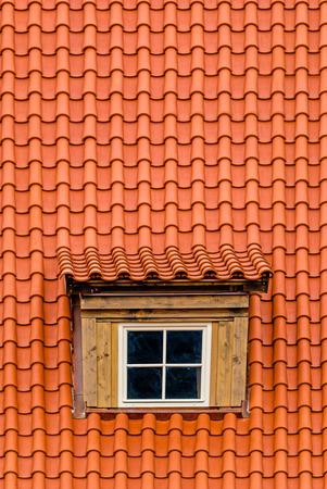 rooftile: Arancione lattice con la finestra vecchia soffitta all'ultimo piano