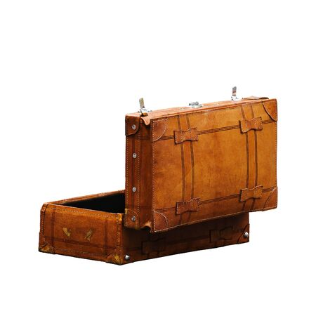 maleta: Cuero Vintage Retro equipaje maleta abierta, aislado en fondo blanco, Retrovisor lateral Foto de archivo