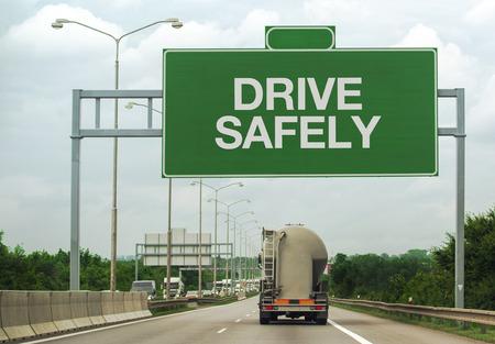 交通: 高速道路道路渡しに燃料タンカー トラック ドライブ安全にサインアップ リマインダーとして安全交通と事故の防止の概念。