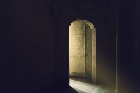 Mystic Gotische Tür mit Sonnenlicht Eingabe Dark Room, Ausgang zum Licht, Hoffnung und Neuanfang Konzept, Vintage Retro Ton-Effekt Standard-Bild