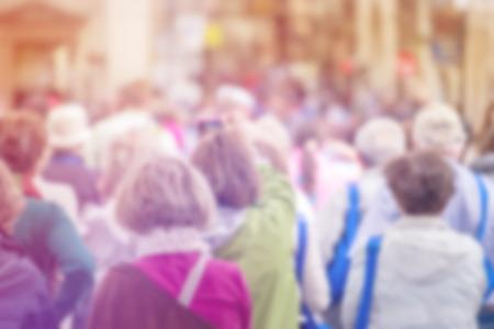 multitud de gente: Multitud borrosa de personas En la calle, Ciudadanía Concepto con Población Atestado irreconocible fuera de foco, Vintage Imagen virada.