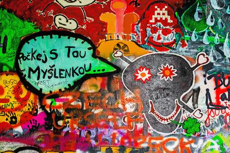 letras musicales: PRAGA, REPÚBLICA CHECA - 21 DE MAYO, 2015: Mensaje de Suicidal Persona en famoso Muro de John Lennon en la isla de Kampa en Praga llena de Beatles inspirado graffiti y letras desde los años 1980.