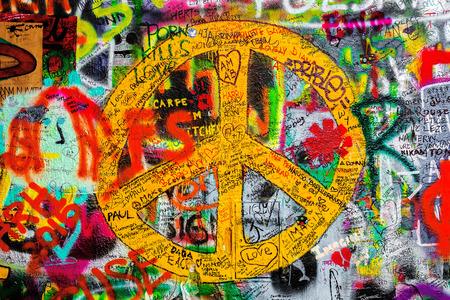 letras musicales: PRAGA, REPÚBLICA CHECA - 21 de mayo 2015: signo de la paz en el famoso Muro de John Lennon en la isla de Kampa en Praga llena de Beatles inspirado graffiti y letras desde la década de 1980.