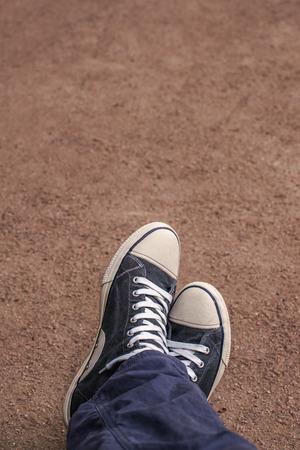 piernas hombre: Hombre joven que se relaja con las piernas cruzadas, Punto de vista Toma, Imagen virada urbana Estilos de Vida