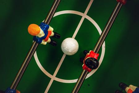 cancha de futbol: Table Soccer o Foosball Kicker Juego, Top View, Enfoque diferencial, Efecto de tono retro