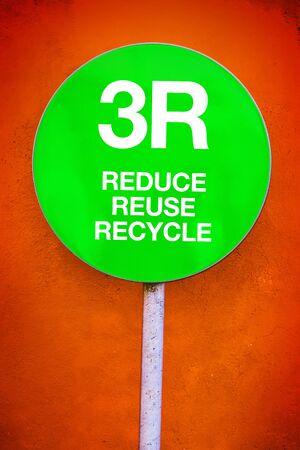 reduce reutiliza recicla: 3R - Reducir, Reutilizar, Reciclar, Se�al verde de Ecolog�a y Concepto tem�tica ambiental Foto de archivo