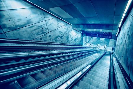 estacion de tren: Escalera mecánica Escalera y hormigón moderno Arquitectura de Interiores, entrada a la estación de tren subterráneo Metro Foto de archivo