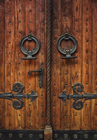 Oude gesneden houten kerkdeur met scharnieren
