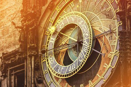 orologi antichi: Orologio astronomico di Praga Piazza della Città Vecchia, famose attrazioni turistiche con Retro Effetto Tono