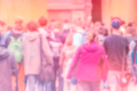 población: Concepto General Pública de Población Atestado irreconocible fuera de foco borroso Multitud de personas en Calle principal, vintage Imagen virada. Foto de archivo