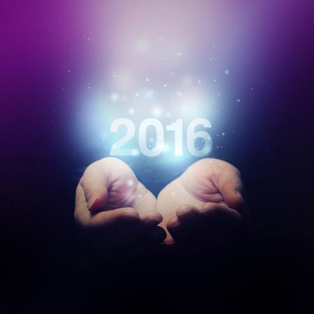 personas saludandose: Manos abiertas participaci�n N�mero 2016, Feliz A�o Nuevo, enfoque selectivo en los dedos, tono retro Foto de archivo