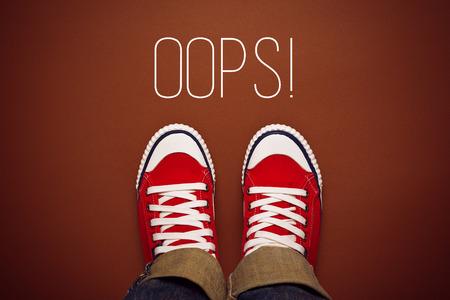 actitud: Vaya, persona joven hizo un Concepto de error de las zapatillas de deporte con Red desde arriba, vista superior