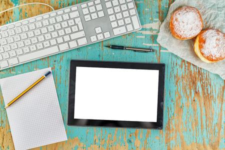 컴퓨터 키보드, 디지털 태블릿 PC, 빈 도면 용지, 연필 및 아침 식사 달콤한 설탕 도넛, 상위 뷰 오버 헤드 샷 그래픽 디자이너 소박한 탁상 작업 공