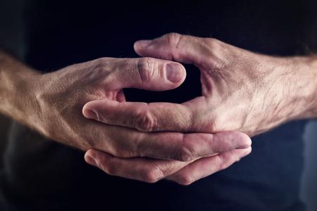 hacer: Haciendo girar Pulgar, manos masculinas haciendo girar los dedos como un ejemplo de la actividad inútil pérdida de tiempo, de cerca el enfoque selectivo Foto de archivo