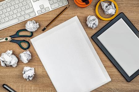 teclado: Diseñador gráfico de área de trabajo de mesa con el teclado del ordenador, PC tableta digital, hoja de papel de dibujo en blanco, lápices, tijeras, papel arrugado, arriba tiro vista aérea.