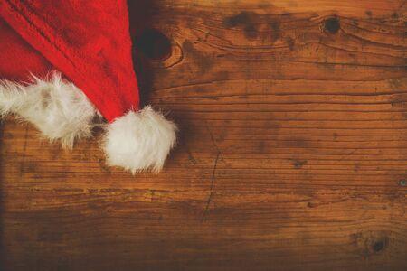 sombrero: Tonos retro sombrero de Pap� Noel en el escritorio de madera con copia espacio en blanco, vista desde arriba