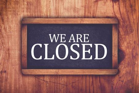 We are closed shop message board, retro toned chalkboard rustic oak wood store door Standard-Bild