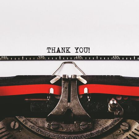 agradecimiento: Gracias texto en la vieja m�quina de escribir, la imagen conceptual retro tonos Foto de archivo