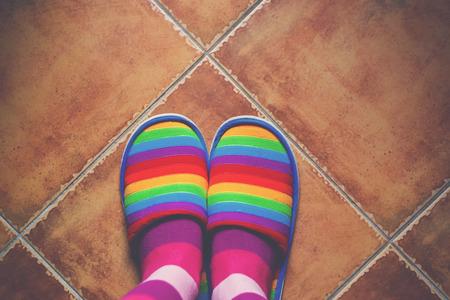 d�livrance: R�tro tons couleur arc-en-mod�le pantoufles sur carrelage en c�ramique avec la lumi�re naturelle de la fen�tre, de la fiert� LGBT et de sortir du concept de placard, vue de dessus