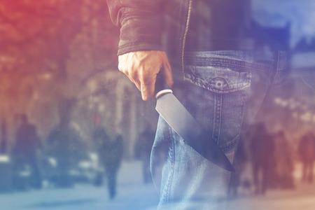 violencia: Hombre terrorista malvado con el cuchillo brillante, una persona del asesino con un cuchillo afilado a punto de cometer un acto de violencia o de terrorismo, homicidio, asesinato paisaje, doble exposici�n Foto de archivo