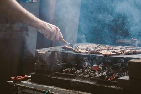 grilled pork: Con người nướng thịt heo thịt nướng trên thịt nướng, ánh sáng tự nhiên, retro toned, tập trung lựa chọn với độ sâu nông cạn của lĩnh vực. Kho ảnh