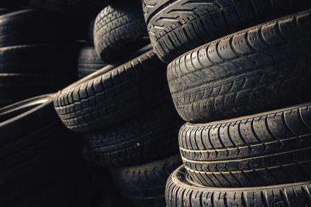 huellas de neumaticos: Columna pila de neum�ticos de autom�viles usados ??viejos en secundaria piezas de autom�viles tienda garaje.