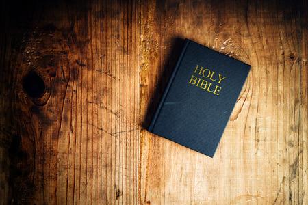 Heilige Bijbel op oude houten kerk tafel, bovenaanzicht Stockfoto
