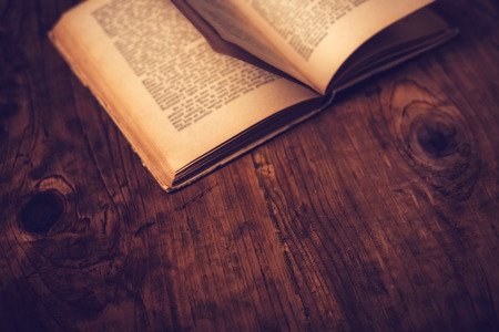 判読不可能なテキストの古い本の木製ライブラリ机、レトロ調画像、選択と集中