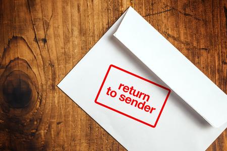 retour: Return to Sender postzegel op een witte envelop, bovenaanzicht Stockfoto