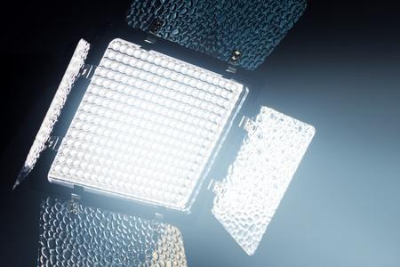 alumbrado: aparatos de iluminación LED profesional para foto y vídeo en la producción entre estudio oscuro