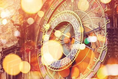 voyage: Horloge astronomique de Prague sur la Place de la Vieille Ville, célèbre point de repère touristique avec vintage effet de tonalité rétro et la lumière de bokeh
