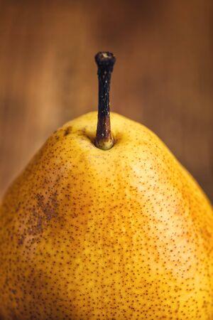 pera: Pera amarilla en rústica mesa de madera, retro tonos detalle Foto de archivo