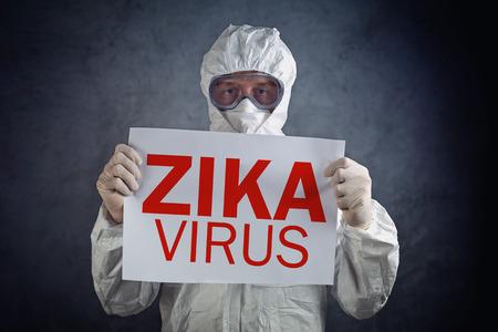 alerta: concepto de virus Zika, trabajador m�dico en la ropa de protecci�n que muestra el estado de alerta del cartel