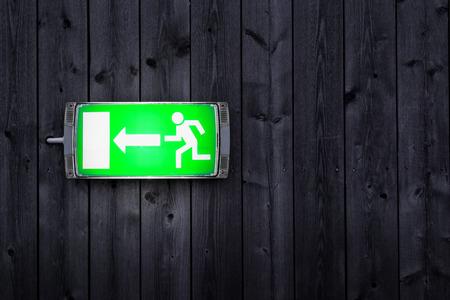 salida de emergencia: Se�alizaci�n de emergencia en la pared de madera del tabl�n