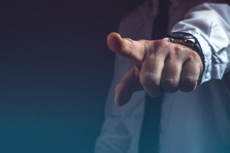 당신은 해고 된 개념, 검지 손가락으로 손 기호 밖으로 몸짓하는 보스