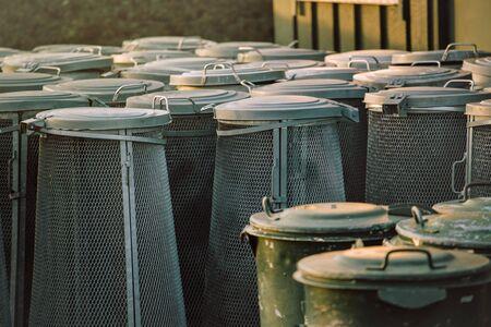 botes de basura: Botes de basura apilados, grupo de cubos de basura usados Foto de archivo