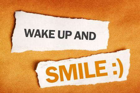 ferraille: Réveillez-vous et le sourire message de motivation sur du papier brouillon
