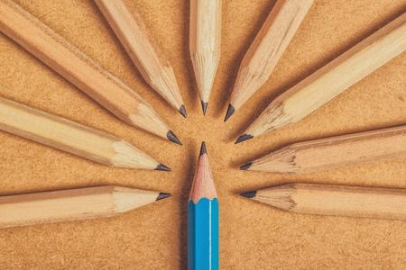 Minachting richting unieke degenen, die verschillend, bizar, omringd door tegenspoed, het beoordelen van de oneven, hout potloden op bureau
