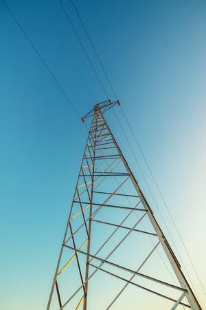 送電鉄塔、午後青空、低広角ビューに対してワイヤの高電圧送電鉄塔