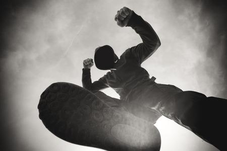 Gewalt auf der Straße, Opfer von aggressiven gewalttätiger Mann in Kapuzenjacke auf der Straße, Opfer pov Perspektive, einfarbig schwarz-weißes Bild gestanzt und ausgeraubt zu werden. Standard-Bild - 53619045