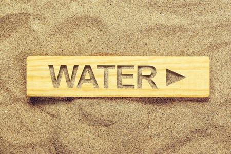 or thirsty: direcci�n del agua firma adentro la arena seca del desierto, gu�as de se�al para el sediento.