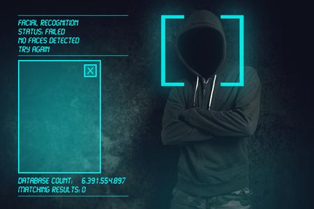 Gezichtsherkenning mislukt biometrische verificatie, hooded criminele gehackte software en wist niet herkend te blijven. Stockfoto