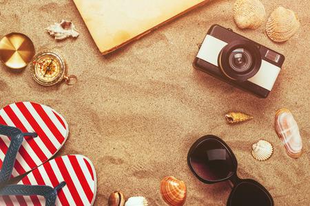 Klaar strand, de zomer vakantie vakantie accessoires op zandstrand, zomer lifestyle voorwerpen in een platte lay bovenaanzicht regeling. Stockfoto