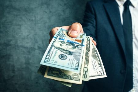 Homme d'affaires de la banque offrant prêt d'argent dans USA billets en dollars, mise au point sélective. Banque d'images - 56956460