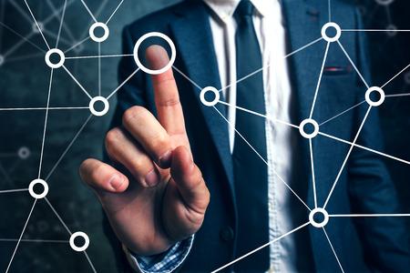 비즈니스 프로젝트 관리, 소셜 네트워킹 또는 팀웍 조직의 점을 연결하는 사업가. 스톡 콘텐츠